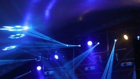 演出光在与雾的音乐会,在控制台的阶段光,点燃音乐会阶段,娱乐音乐会 影视素材