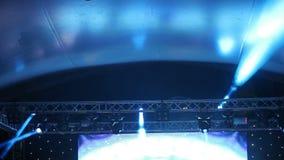 演出光在与雾的音乐会,在控制台的阶段光,点燃音乐会阶段,娱乐音乐会 股票视频