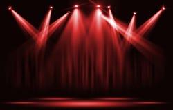 演出光 与确定红色聚光灯通过黑暗 免版税库存照片