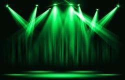 演出光 与确定绿色聚光灯通过黑暗 免版税库存照片