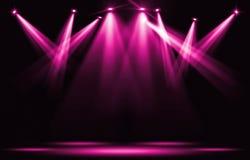 演出光 桃红色紫罗兰色聚光灯罢工通过黑暗 免版税库存照片