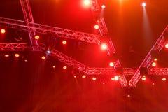 演出在音乐会的光或有激光光芒的照明设备是 库存图片