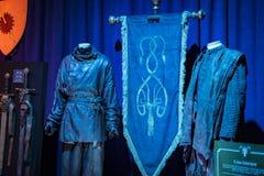 演员和支柱原始的服装从电影`王位`比赛在巴塞罗那海博物馆的前提  库存图片