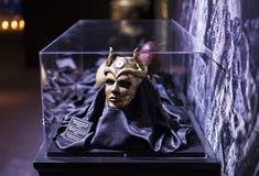 演员和支柱原始的服装从电影`王位`比赛在巴塞罗那海博物馆的前提  图库摄影