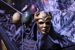 演员和支柱原始的服装从电影`王位`比赛在巴塞罗那海博物馆的前提  免版税库存照片