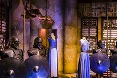演员和支柱原始的服装从电影`王位`比赛在巴塞罗那海博物馆的前提  免版税库存图片
