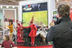 演员在商业中心Expocentre的大厅里在Mosco 免版税库存图片