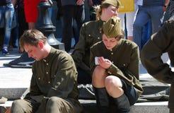 年轻演员在街道上执行 免版税库存图片