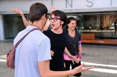 演员在街道的喜剧作品排练 库存照片