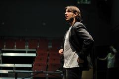 演员在巴塞罗那剧院学院的执行委员,在喜剧莎士比亚的戏剧穿戴了董事的 图库摄影