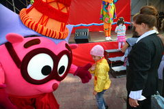 演员设计卡通者服装玩偶动画片英雄的滑稽的Smeshariki城市公园为庆祝天招待孩子和成人 库存图片