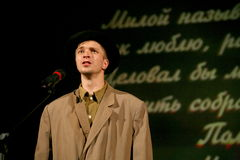 年轻演员读了退伍军人的诗人的诗 免版税库存照片
