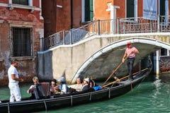 演唱在一艘长平底船在威尼斯,意大利 免版税库存图片