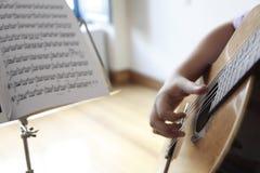 演奏与吉他的音乐 库存图片