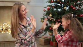 演奏与妈妈的逗人喜爱的女孩轻拍蛋糕自Xmas前夕 股票录像