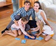 演奏与孩子的父母乐透纸牌 免版税库存照片