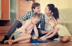 演奏与孩子的父母乐透纸牌 免版税图库摄影