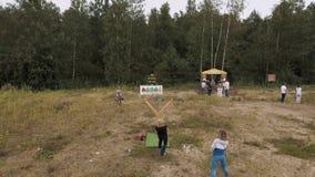 演奏与巨型弹弓的空中射击妇女irl恼怒的鸟在森林边缘  影视素材