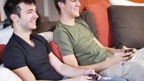 演奏与控制杆的年轻朋友计算机游戏 股票录像