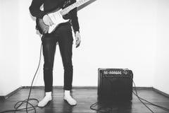 演奏与放大器的电吉他少年孩子在白色背景 免版税库存照片