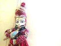 演奏与空白的印地安人Rajasthani手工制造木偶巨蛇有魅力者豆消息或文本的 库存图片