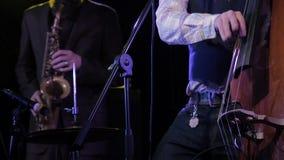 演奏与萨克斯管吹奏者的音乐家低音提琴背景的 股票录像