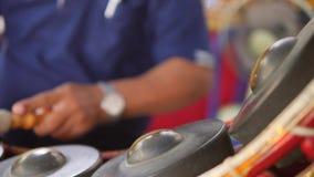 演奏与鼓槌的泰国鼓手音乐在传统金属锣打鼓在佛教寺庙的仪器 4k,关闭 股票视频