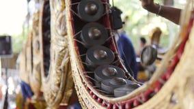 演奏与鼓槌的泰国鼓手音乐在传统金属锣鼓仪器 4K,慢动作的关闭 泰国 股票录像
