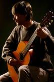 演奏专业人员的古典吉他吉他弹奏者 免版税库存照片