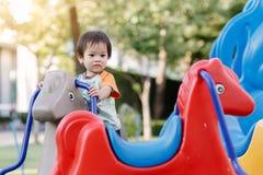 演奏乐趣的小男孩在操场 库存照片