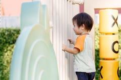 演奏乐趣的小男孩在操场 图库摄影