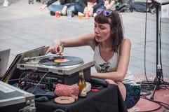 演奏乙烯基圆盘的Violette沉材在街道场面节日期间 库存照片