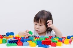 演奏五颜六色的塑料块的女孩 库存图片