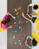 演奏五颜六色的玩具的孩子 免版税库存照片