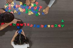 演奏五颜六色的玩具的孩子 库存照片