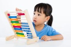 演奏五颜六色的算盘的亚裔矮小的中国女孩 库存图片
