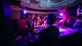 演奏他的醉酒的高DJ设置了 附近伏特加酒的瓶 股票视频