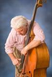 演奏低音的老人。 图库摄影
