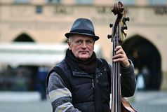 演奏低音的Musikant在老镇中心在布拉格 免版税库存照片