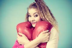 演奏体育装箱的红色手套的滑稽的女孩 库存照片