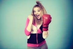 演奏体育装箱的红色手套的滑稽的女孩 图库摄影