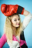 演奏体育装箱的红色手套的滑稽的女孩 免版税库存照片