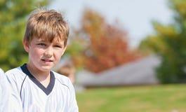 演奏体育运动的男孩 免版税库存照片