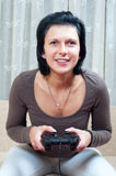 演奏俏丽的妇女的电脑游戏 免版税库存图片