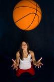 演奏俏丽的妇女的篮球 免版税库存图片
