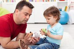 演奏儿子小孩的父亲 免版税库存图片