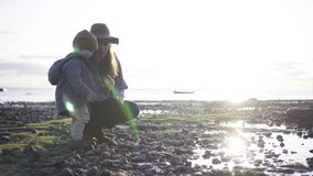 演奏儿子的海滩母亲 股票录像