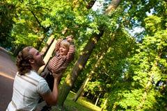 演奏儿子的父亲公园 免版税库存照片