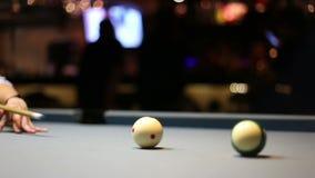 演奏八球在酒吧的水池台球 影视素材