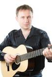 演奏六字符串的声学吉他吉他弹奏者 免版税库存照片